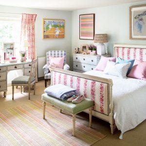 Camera copilului – 4 lucruri pe care să le urmărești cu mare atenție Amenajarea camerei copilului reprezintă un aspect pe cât de plăcut, pe atât de greu de pus în aplicare. Cei mai mulți dintre părinți au amenajat deja o dată spațiul cu cele necesare pentru un bebeluș, însă de această dată, odată ce copilul crește va fi nevoie de ceva mai mult. Pătuțul va fi înlocuit de un pat comod și foarte frumos realizat, desprins parcă din basmele cărților cu povești, dulăpiorul pentru haine mici va fi înlocuit cu un dulap mai mare, iar într-un colț trebuie să se regăsească biroul, locul unde copilul studiază sau își face temele pentru școală. Toate aceste lucruri trebuiesc alese cu multă grijă de părinți astfel încât copilul să beneficieze de o cameră frumoasă și mai ales utilă. Iată mai jos 4 lucruri pe care să le urmărești cu mare atenție atunci când amenajezi camera copilului tău: 1. Alege un mobilier comod – de această dată trebuie să pui mare accent asupra patului, saltelei și de ce nu asupra scaunului de birou. Pe de o parte toate trebuie să fie frumoase, să îl încânte pe cel mic, iar pe de altă parte acest tip de mobilier trebuie să reușească să fie foarte comod. Patul trebuie să beneficieze de o saltea confecționată din materiale de cea mai bună calitate, oferindu-i confort în timpul somnului și să fie și destul de încăpător. Iar atunci când vorbim despre scaunul de birou, acesta trebuie să fie ergonomic și să corespundă poziției copilului din timpul realizării temelor, având grijă la spatele lui. 2. Găsește soluțiile de iluminat potrivite – acesta este un alt aspect important. Camera copilului trebuie să beneficieze de cât mai multă lumină naturală, așa că este bine să o alegi în funcție de acest aspect. Însă, atunci când vine seara, atunci când își face temele, copilul trebuie să beneficieze de lumină artificială. Va fi încântat de corpuri de iluminat Disney, precum sunt acestea, și cu siguranță va dori să le încerce ori de câte ori se va afla la biroul de lucru. Și 