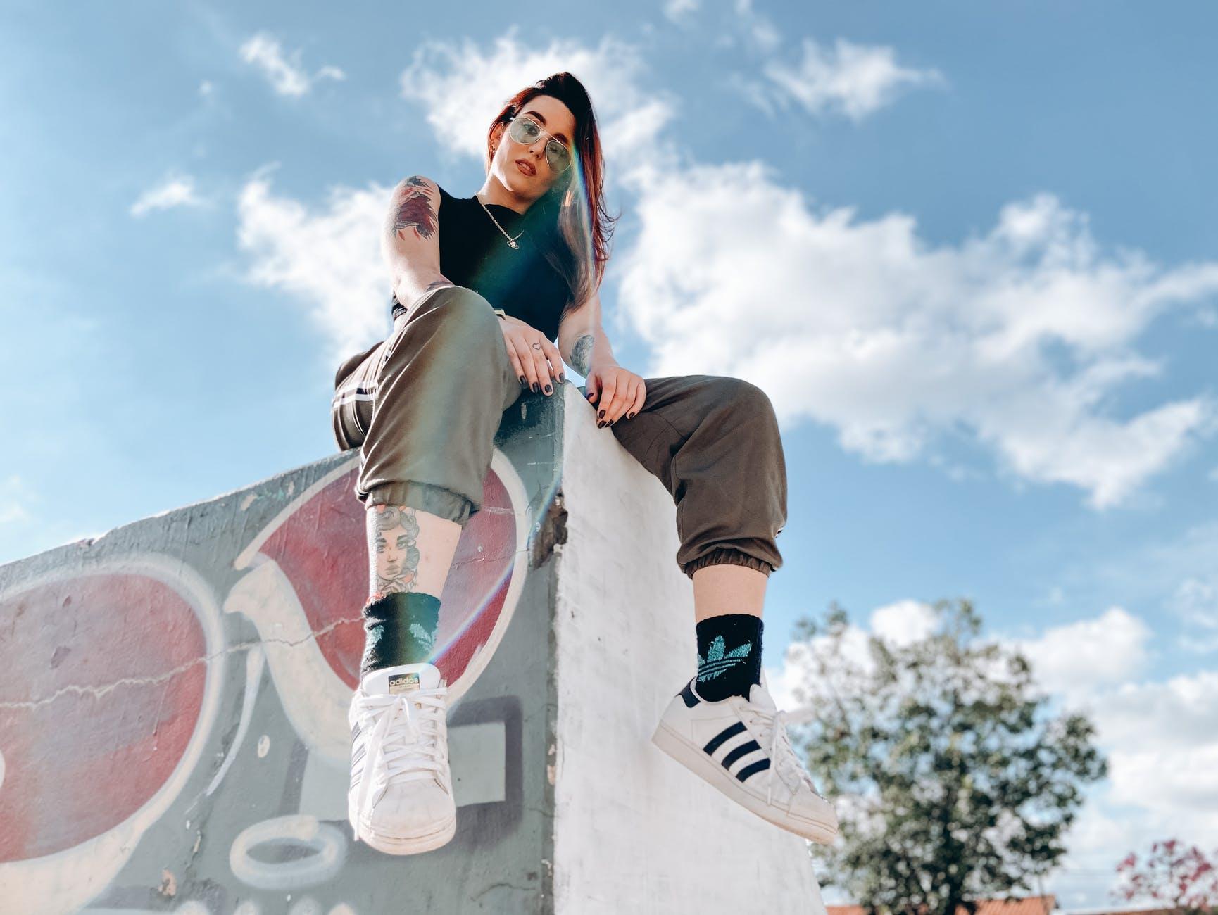 8-moduri-stylish-în-care-poți-purta-sneakerșii
