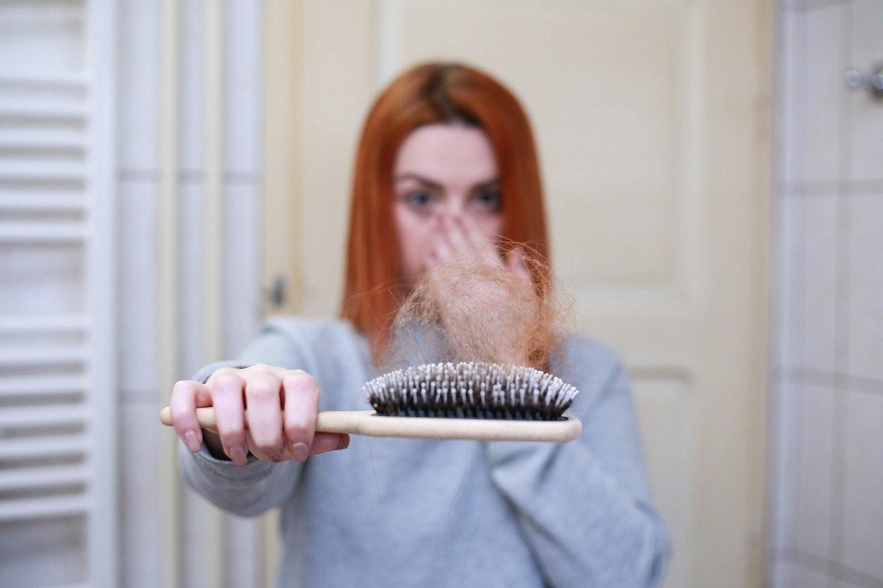 4-factori-care-contribuie-la-rărirea-părului-și-cum-îi-poți-combate